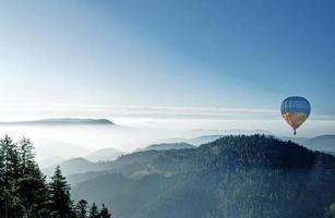 niebla de otoño en la selva negra foto
