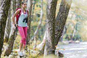 mujer joven, excursionismo, en el bosque