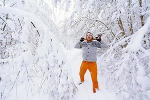 leñador en el bosque nevado de invierno foto