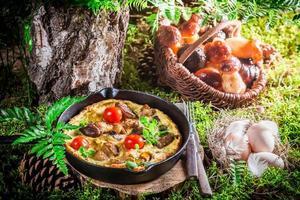 Sabrosos huevos fritos sobre musgo en el bosque foto