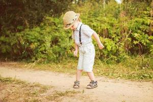 niño bailando en el bosque