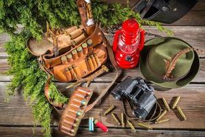 Logia forestal llena de equipos para la caza