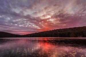 puesta de sol en el lago del bosque. foto