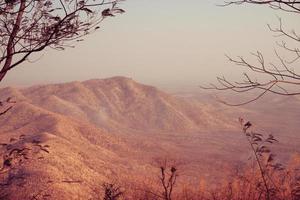 la montaña de tono rojo foto
