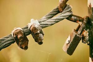 candado sobre alambre de acero