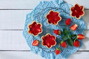 Pastel con gelatina de fresa (masa quebrada), vista superior foto