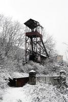 Eje mina (carbón) cubierto de nieve en Asturias, España foto