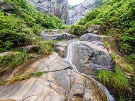 Sendero antiguo de huihang, cascada y río en cierre lento