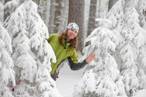 jolie femme pose dans la forêt d'hiver gelée