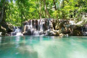 Cachoeira da floresta profunda erawan cachoeira do parque nacional em Kanchana