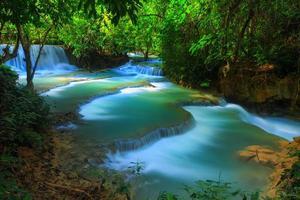 hermosa caída de agua foto