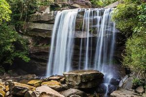 cascada de thung na muang en la selva tropical