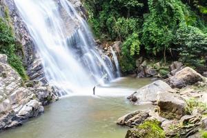 cachoeira mae tia, parque nacional ob lung em chiangmai, tailândia