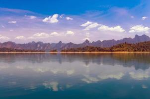 paisaje del lago de montaña en el parque nacional khaosok, ratchaprapha d