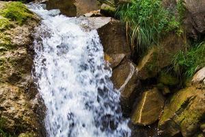 pequeña cascada en las montañas foto