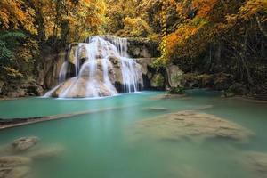 cascada en la temporada de otoño