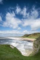 Hermoso paisaje de verano de la playa de la bahía de rhosilli península de gower foto