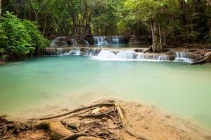 Cascada en el bosque profundo en la cascada de Huaymaekamin, Kanjanaburi, Tailandia
