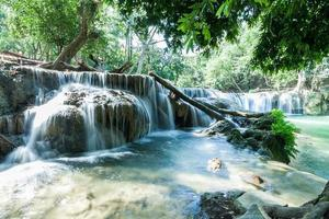 jed sao noi cascada en saraburi, tailandia