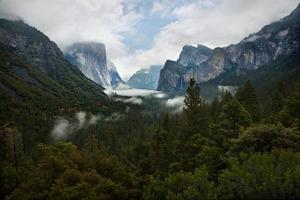 valle nublado de yosemite