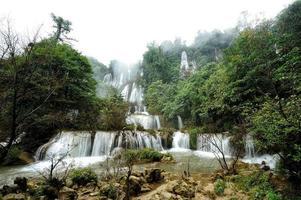 bosque profundo hermosa cascada en thi lo su, tak, tailandia foto