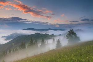 hermoso amanecer brumoso en las montañas