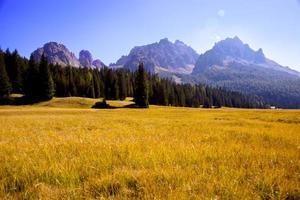 Vue magique de la montagne des Alpes italiennes avec champ rouge