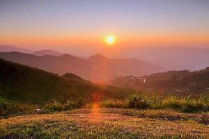 puesta de sol en las montañas