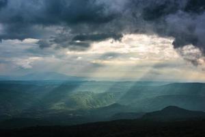 le paysage de montagnes avec poutres ensoleillées.