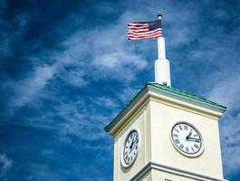 bandeira americana no topo da torre do relógio