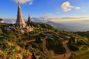 pagoda doi inthanon durante la puesta de sol,