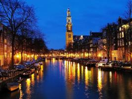 vista de noche en la iglesia occidental en amsterdam