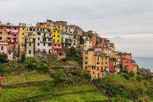 Hermoso paisaje de la aldea de Cinque Terre, Corniglia, Italia. foto