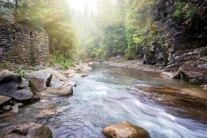 Flujo de río de montaña en costas rocosas