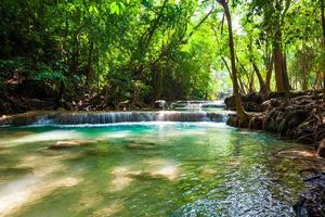 hermosa cascada. foto