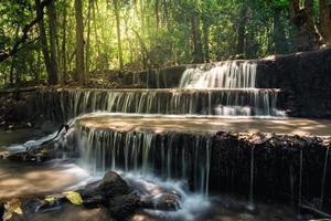 "Cachoeira ""huay mae kamin"" na província de Kanchanaburi, Tailândia"