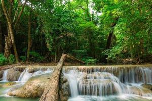 vista del paisaje de la cascada de erawan