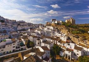 Casas blancas en el pequeño pueblo de setenil de las bodegas, España foto