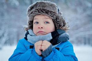 retrato de niño en invierno