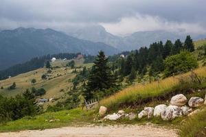 paisagem enevoada nas montanhas dos Alpes dináricos