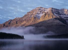 luz del sol en la montaña nevada foto