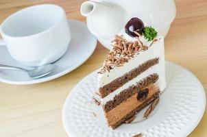pastel de chocolate con cereza negra foto