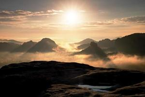 fantásticos colores de la mañana de otoño. amanecer de ensueño en cortinas foto
