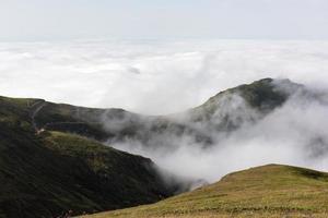 Cloudscape y montaña.