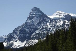 vista a la montaña rocosa. foto