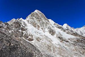 montaña pumori, himalaya