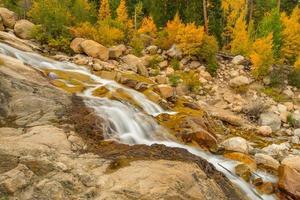 cascadas de montaña rocosa