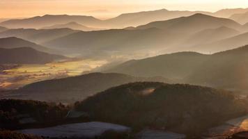 Paisaje de montañas brumosas en la Garrotxa, Cataluña