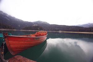 barco de madera en un lago de montaña paisaje cielo de montaña