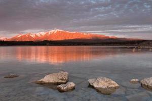 montanha em chamas - montanha iluminada pelo sol ao pôr do sol, lago tekapo